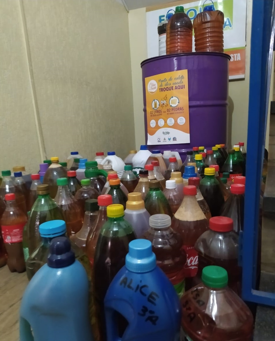 Arrecadação de óleo usado no colégio Exata.